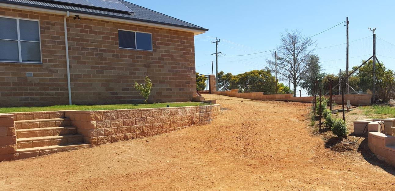 Retaining wall - Cowra Concrete Products Norfolk and Tasman blocks